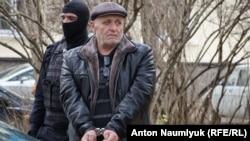 Силовики задерживают Бекира Дегерменджи в Симферополе, 23 ноября 2017 года