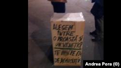 Cutia de carton a protestatarului din fața BCU
