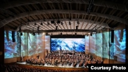 """Orchestra și Corul Filarmonicii """"George Enescu"""" cu Vocal Consort Berlin, dirijorul Lothar Zagrosek, în spectacolul Moise și Aron de Arnold Schönberg."""