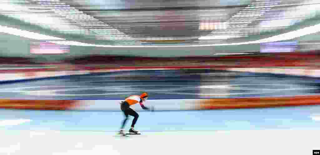 Silver-medalist Sven Kramer of the Netherlands in action during the men's 10,000-meter speed-skating, in which his compatriots Jorrit Bergsma and Bob de Jong won the gold and bronze medals. (epa/Hannibal Hanschke)