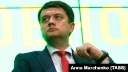 «Українська правда» писала, що Офіс президента платить керівнику апарату Верховної Ради за стеження за Дмитром Разумковим