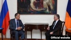 Ռուսաստանի արտգործնախարար Սերգեյ Լավրովը բանակցում է հայաստանցի պաշտոնակից Էդվարդ Նալբանդյանի հետ: Երևան, 9-ը նոյեմբերի 2015 թ․