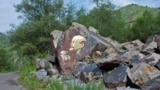 1997 жылы осы галереяның авторы Алматы маңынан 50 шақырым жердегі Есік көліне барған кезде жартасқа салынған Владимир Лениннің түрлі-түсті суретін көрген еді. Сурет совет заманында салынғанға ұқсайды. 2010 жылы да барған кезде сурет өзгермеген. Біреу жанына қол қойған. Алматы облысы, 18 шілде 2010 жыл