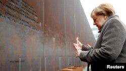 Angela Merkel la memorialul Zidului Berlinului