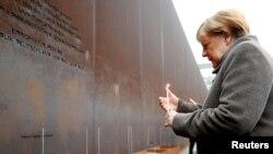 Канцлер Германии Ангела Меркель у мемориала Берлинской стены.