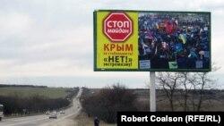 Белогорск шаарына кире бериштеги Майданга каршы жарнак.