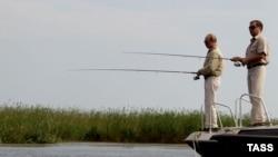 Владимир Путин и Дмитрий Медведев на рыбалке на Волге. Астраханская область, 16 августа 2011 года.