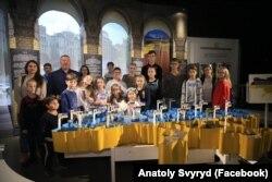 Анатолій Свипид з дітьми, якими опікується ГО «Серця кіборгів»