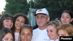 Armenia -- President Serzh Sarkisian poses for a photograpah with visiting young Armenians from the Diaspora on 30Jul2009