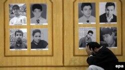 Отец одного из погибших кадетов школы в Пешаваре на фоне галлереи портретов убитых при нападении талибов подростков, Пакистан.