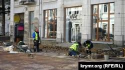 Замена тротуарной плитки в Симферополе, 26 февраля 2017 года