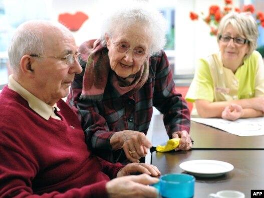 از هر سه نفری که به سن بالاتر از ۶۵ سال می رسند معمولا یک نفر بر اثر ابتلا به بیماری هایی که اختلال حواس تلقی می شوند می میرند.