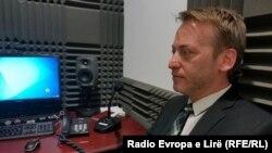 Ilir Deda gjatë intervistës në studio për Radion Evropa e Lirë