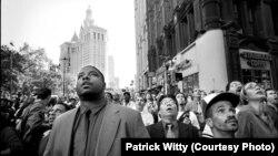 Снимка, направена в 9:59 ч. местно време на улица в Ню Йорк. В този момент рухва Южната кула на Световния търговски център.