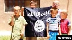 İŞİD-in bir müddət öncə yaydığı videoda bosniyalı uşaqlar qruplaşmanın bayrağı ilə birlikdə görünürdü