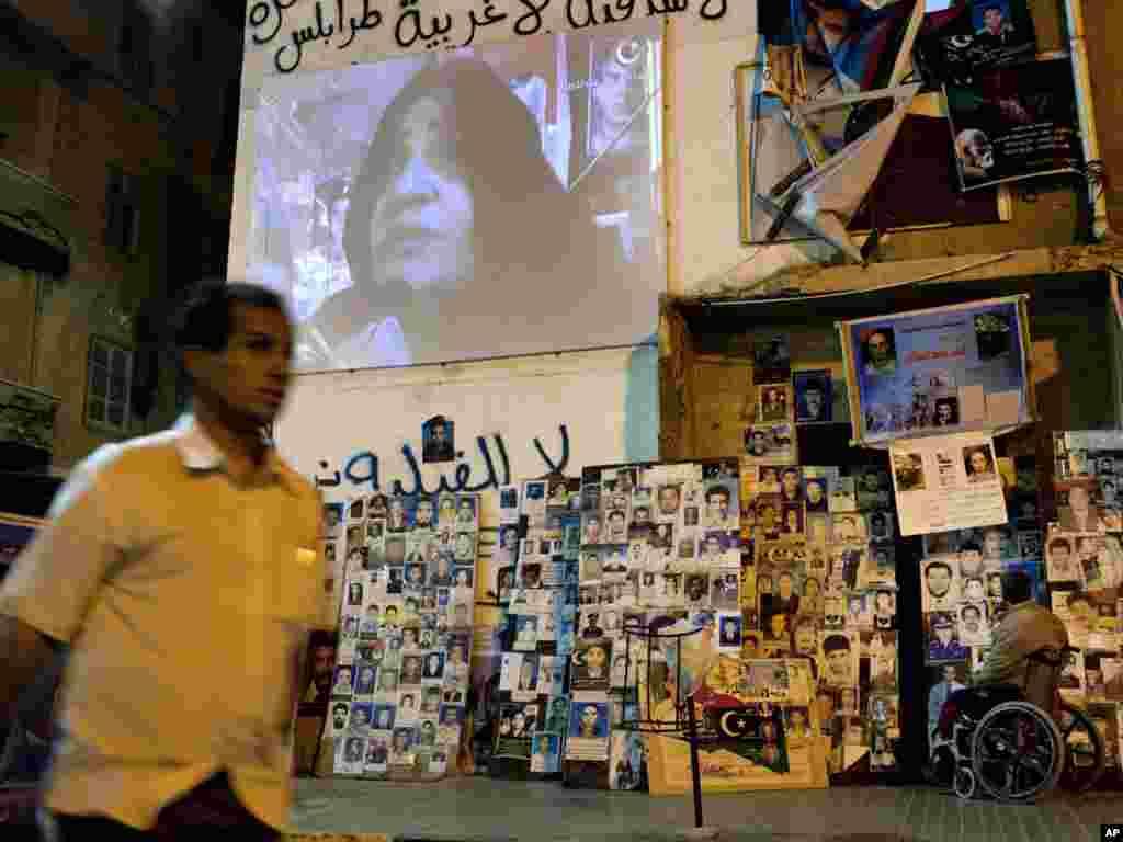 Libija - Postavljanjem velikih monitora promovirana je nova TV stanica pobunjenika ¨Libija Alhurra¨ u Bengaziju, 30.05.2011. Foto: AP / Rodrigo Abd