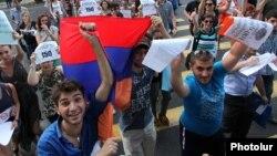 Ուղեվարձի բարձրացման դեմ երիտասարդ ակտիվիստների հուլիսյան ակցիաներից