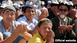 Мусулмандар жаңы мечиттин ачылышында. Ош, 12-июнь, 2012-жыл.