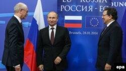 Президент Європейської ради Герман ван Ромпей (л), президент Росії Володимир Путін (ц) і президент Єврокомісії Жозе Мануель Баррозу (п) на зустрічі в Брюсселі