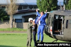 Muhamed Ramović, gradonačelnik Goražda, prilikom skoka iz helikoptera na gradskom stadionu