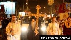 Pristalice SPC u Podgorici su nakon molebana u Hramu Hristovog Vaskrsenja krenuli u mirnu šetnju