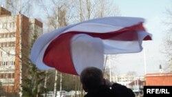 Belarus - Syarhey Kavalenka raised the flag near the court's building, 20apr2010