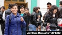 Cтуденттер. Алматы, 16 қазан 2012 жыл. (Көрнекі сурет)