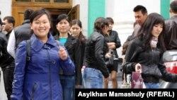 Дін істері агенттігінің төрағасы Лама Шарифпен болған кездесуден кейін жазушылар одағынан шығып бара жатқан студенттер. Алматы, 16 қазан 2012 жыл.