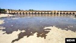نمایی از رودخانه زاینده رود که در بسیاری از ماههای سال خشک است.