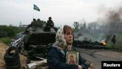 Женщина с православной иконой возле блокпоста украинской армии у города Славянск. Май 2014 года
