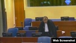 Prazno mjesto u sudnici iza Mladićevog branitelja Miodraga Stojanovića, 26. rujan 2012.