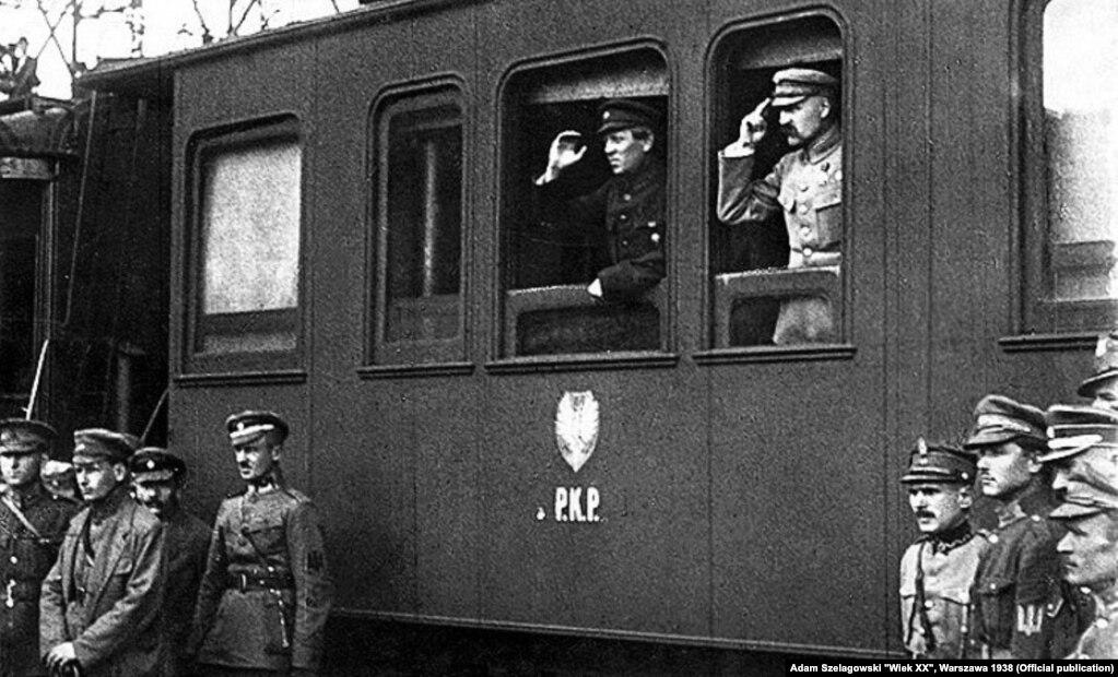 У вагоні потягу Симон Петлюра (ліворуч) і Юзеф Пілсудський. Вінниця, 1920 рік