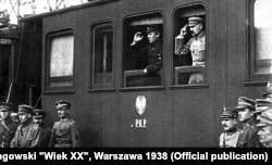 სემიონ პეტლიურა (ფანჯარაში მარცხნივ) და იოზეფ პილსუდსკი. 1920 წ.