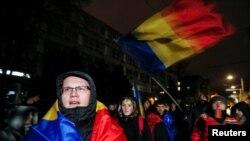 Студенты рядом со зданием ЦИК проводят акцию протеста против кандидата от Партии социалистов Игоря Додона. Кишинев, 14 ноября 2016 года.