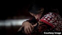 Ош улуттук драма театрынын актрисасы Кайыргүл Жуманова үй-бүлөлүк зомбулук тууралуу образ жаратып жаткан учур. (Үсөн Акундун сүрөтү).
