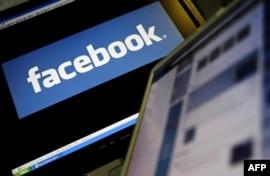 Компьютер мониторындағы Facebook әлеуметтік желісінің белгі-жазуы.