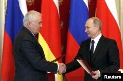 Leonid Tibilov və Vladimir Putin sənədlərin imzalanması mərasimində - 18 mart 2015