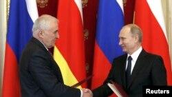 Леонид Тбилов жана Путин Кремлде. Москва, 18-март, 2015-жыл.