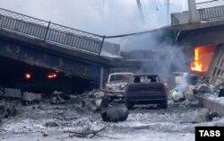 Разбураны Пуцілаўскі мост па шляху да аэрапорту