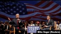 Доналд Трамп и генералот Мајкл Флин зборуваат за време на кампањата за претседателските избори