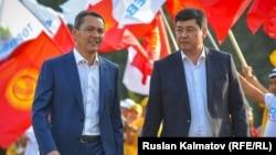Omurbek Babanov (left) and Bakyt Torobaev join forces in Jalal-Abad on September 17.