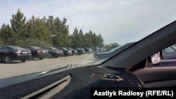 Türkmenabat şäheriniň polisiýa departamentiniň duralgasynda saklanýan gara reňkdäki awtoulaglar.