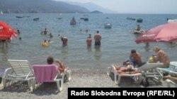 Крадците го користат невниманието на туристите да украдат вредни предмети од плажа.
