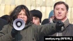 Художник Канат Ибрагимов (слева) выступает на митинге оппозиции. Алматы, 28 января 2012 года.
