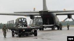 Нямецкія і галяндзкія вайскоўцы зь сілаў хуткага рэагаваньня НАТО на аэрадроме ў Польшчы 9 чэрвеня 2015 году