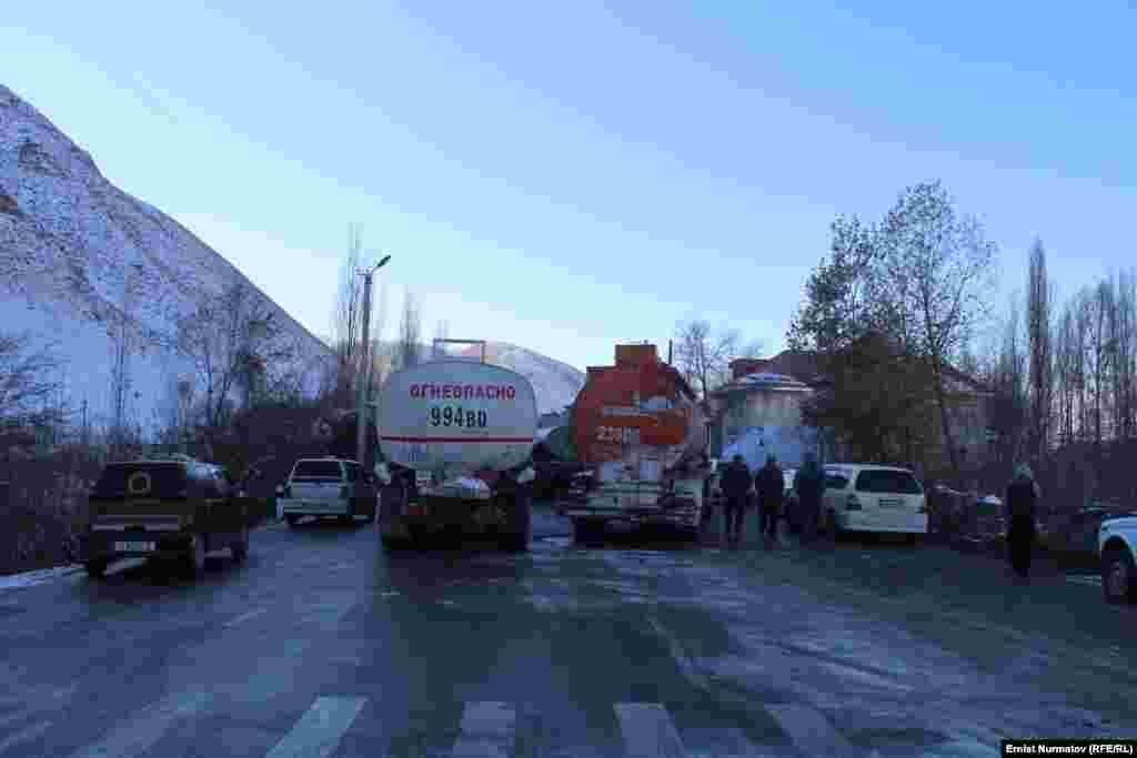 Как сообщил «Азаттыку» пресс-секретарь УВД Ошской области Жениш Ашырбаев, из-за акции около 250 водителей не смогли своевременно добраться до мест назначения