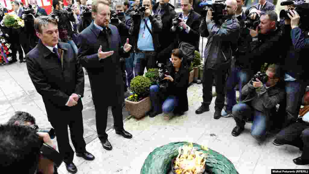 A delegation from the city of Sarajevo, citizens, and state officials, along with guests, laid flowers at the Memorial Eternal Flame.
