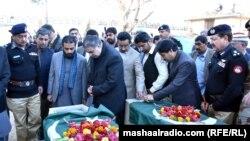 د بلوچستان اعلا وزیر ثناوالله زهري د ځانمرګي برید په پېښه کې وژل شوو پولیس سرتېرو ته پیرزونې وړاندې کوي