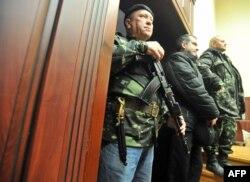 В приміщенні СБУ в Луганську, 11 квітня 2014 року