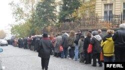 Люди стоять у черзі, щоб попрощатися з патріархом Павлом, Белград, 17 листопада 2009 р.